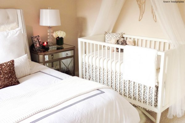 белая кроватка в спальне