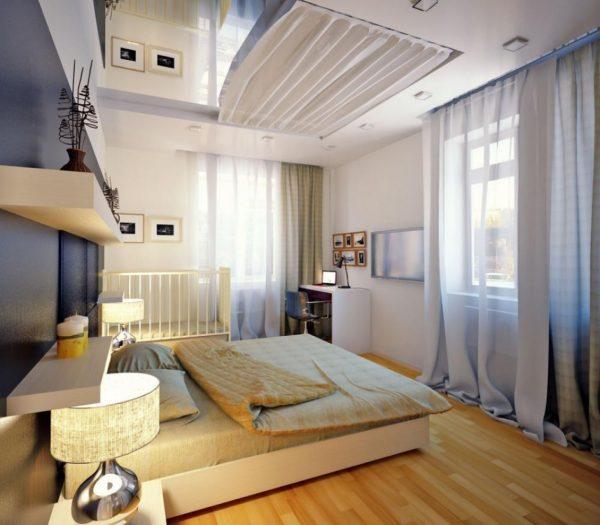 кроватка у окна в спальне