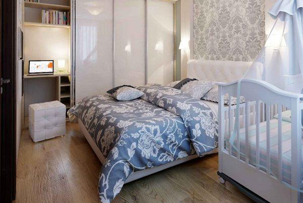 белая кроватка в спальне родителей