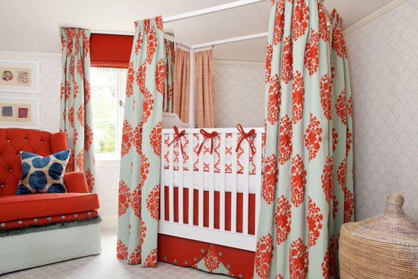 яркая кроватка в спальне родителей