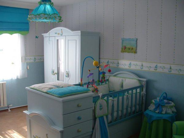 кровать новорождённого у окна