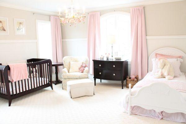 деревянная кроватка в розовой спальне