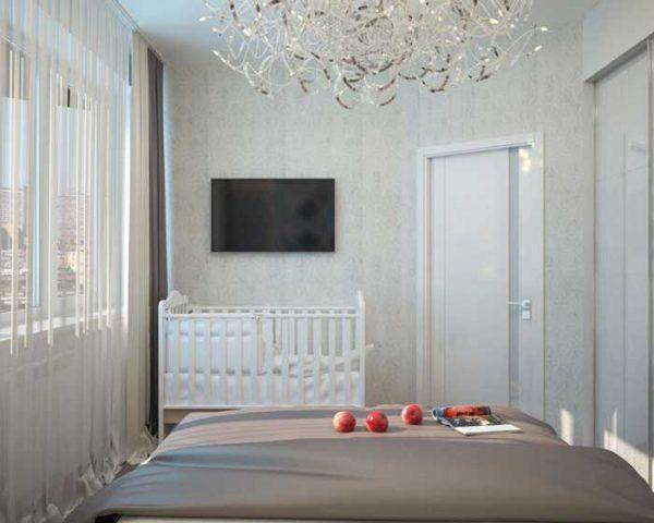 белая кровать новорождённого в спальне у окна