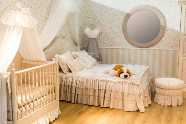 персиковая кроватка в родительской спальне