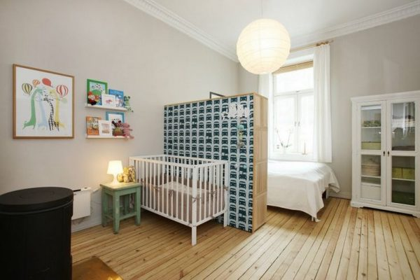 взрослая спальня с перегородкой у кроватки