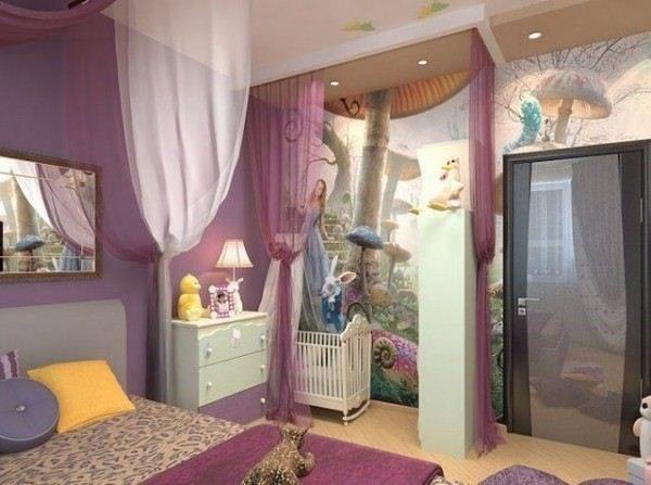 спальня с кроваткой и шторами