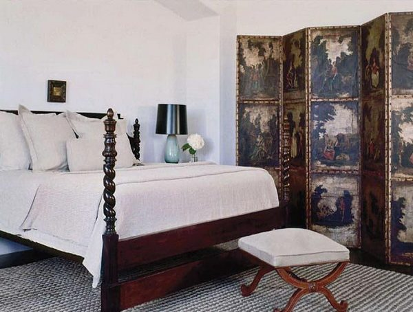 спальня с кроваткой за ширмой