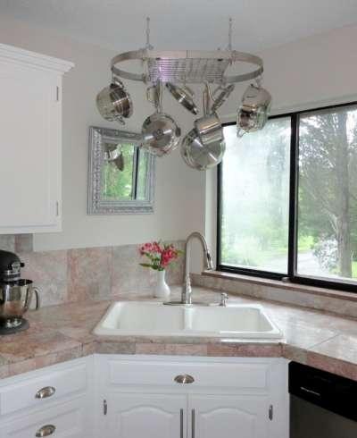 раковина у окна на кухне