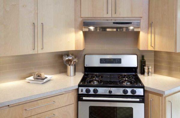 в углу кухни газовая плита