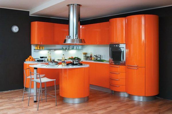 оранжевая кухня с гнутыми фасадами