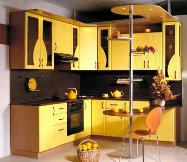 жёлтая угловая кухня с фигурными фасадами