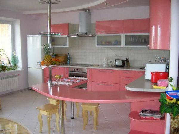 розовые фасады на кухне с барной стойкой