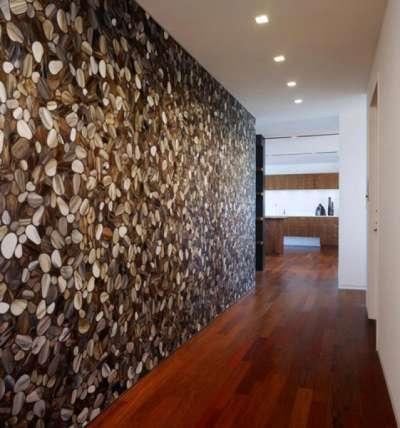 морские камешки на фотообоях в коридоре