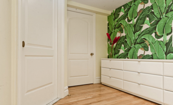 на фотообоях в коридоре листья крупные