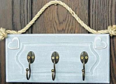 на деревянной основе вешалки кованные крючки