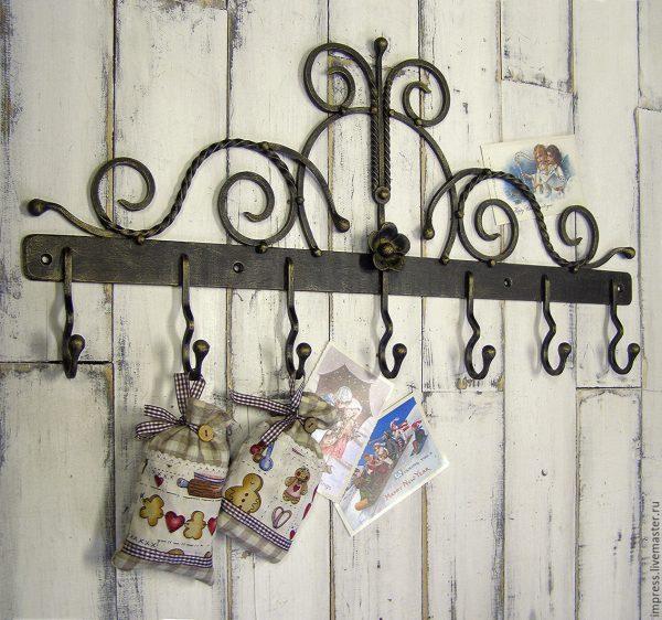 кованая вешалка на стену с крючками