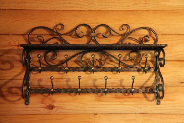 кованая вешалка на деревянной стене