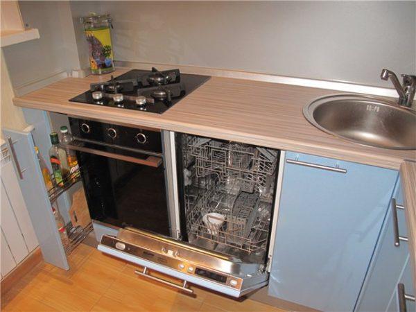 посудомойка на кухне у мойки