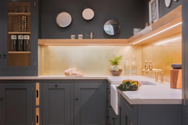 серая кухня со встроенной подсветкой
