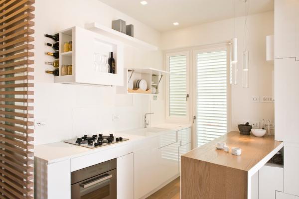 кухня с деревянными жалюзи