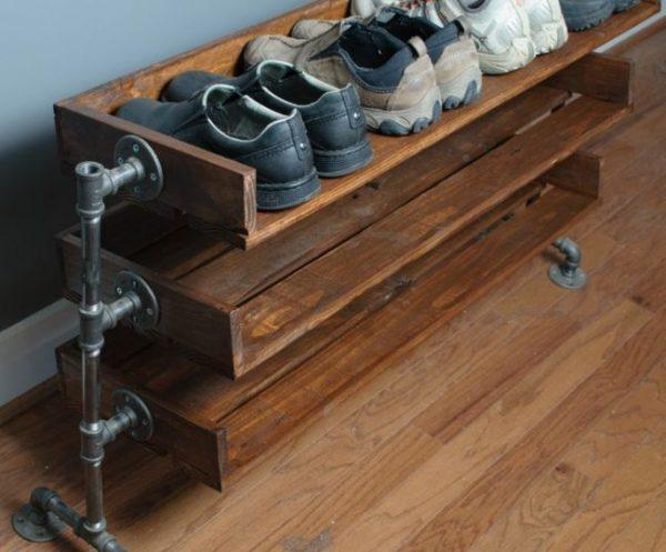 полка для обуви из ящиков и металлических труб