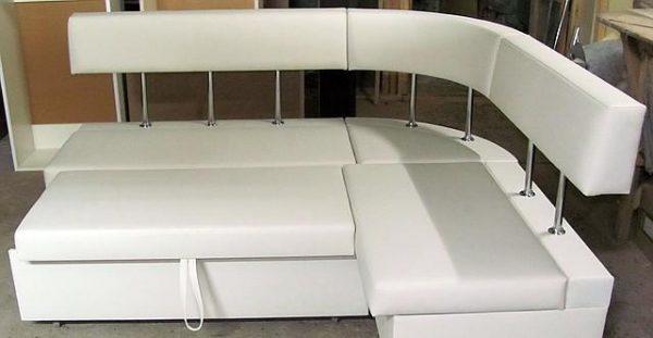 полукруглый раскладной диван на кухне