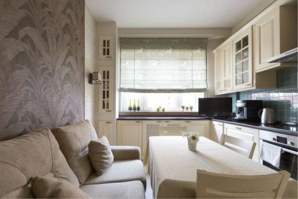 светлая кухня с просторным диваном