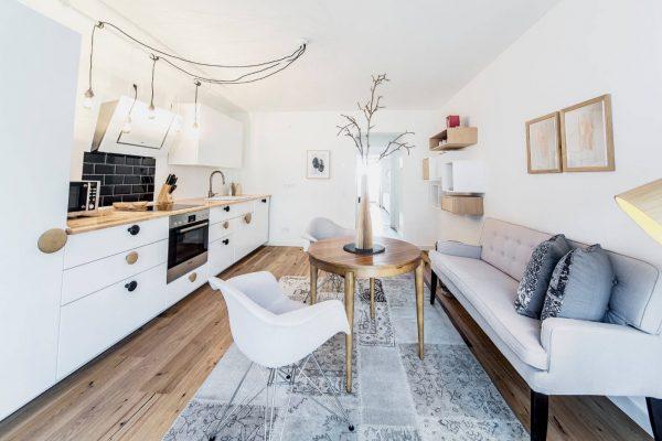 односпальный диван на белой кухне