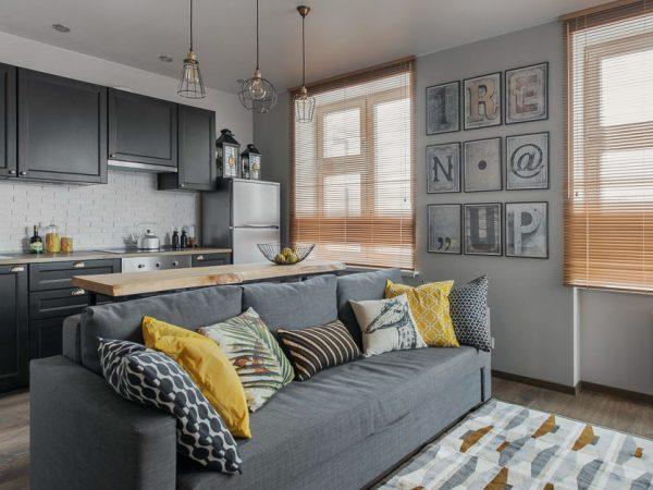 серый диван в качестве зонирования кухни гостиной