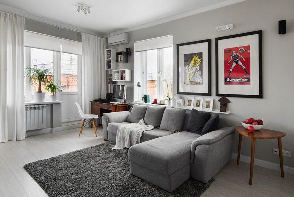 угловой серый диван в интерьере кухни