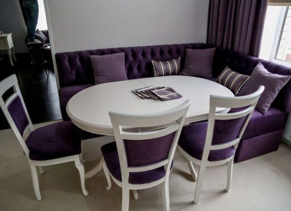 на кухне фиолетовый угловой диван