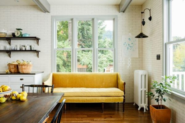 жёлтый диван в интерьере кухни