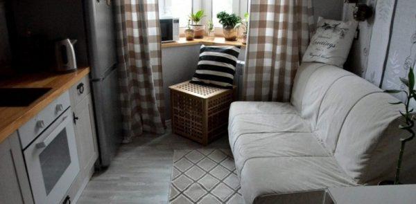 светлый диван в интерьере кухни