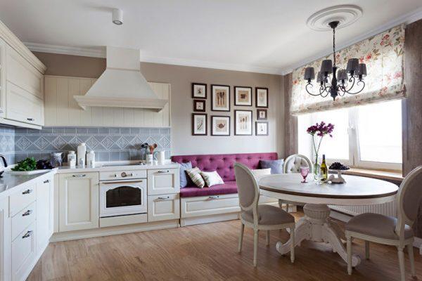 фиолетовый диван на белой кухне