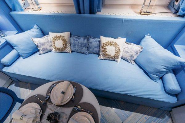 голубой диван на кухне
