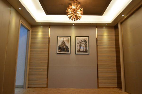 коричневый ламинат на стене прихожей