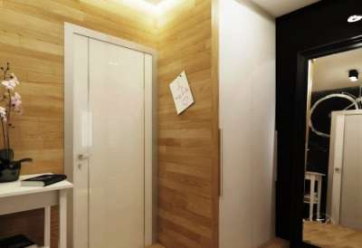 на стенах коридора ламинат