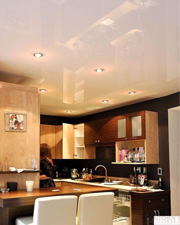 -глянцевый-натяжной-потолок-в-интерьере-кухни