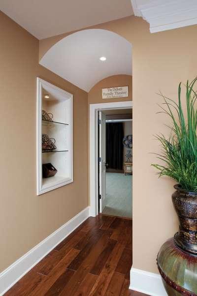 Оформление угла в коридоре фото