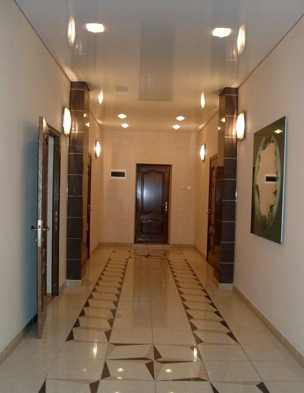 natjazhnye-potolki-v-koridore-foto-15