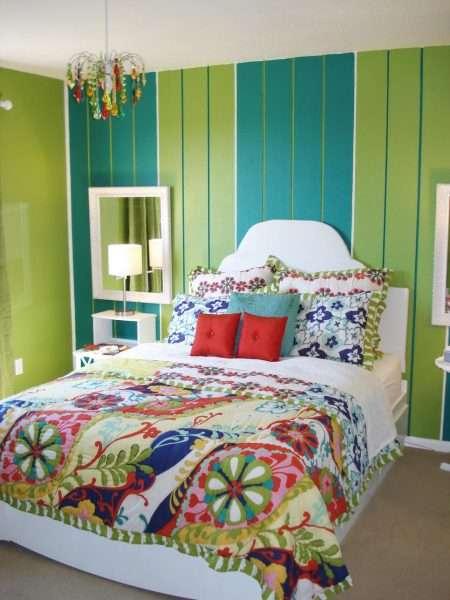 Обои с вертикальной полоской для маленькой спальни