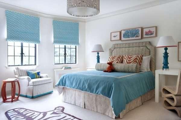 Покрывало с ярким рисунком разбавляет светлую гамму спальни