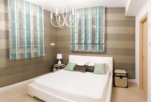 Обои с горизонтальной полоской для маленькой спальни