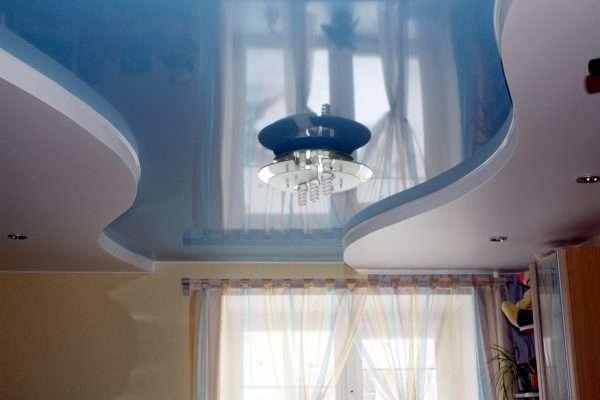 Глянцевый двухуровневый потолок для маленькой спальни