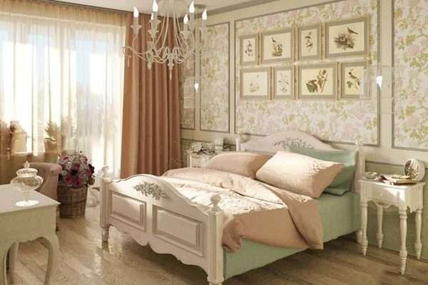 Обои с нежным цветочным орнаментом в интерьере спальни