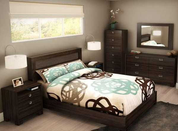 Прикроватные тумбочки размещаем рядом с кроватью