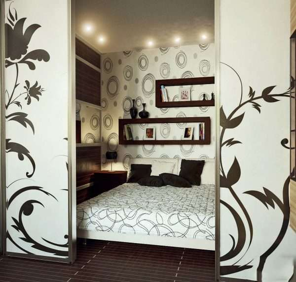 Стеклянная перегородка с рисунком в спальне
