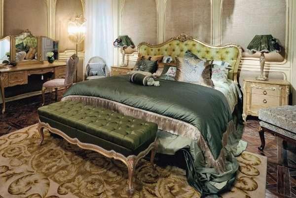 Шафрановый цвет текстиля в оформлении спальни в классическом стиле