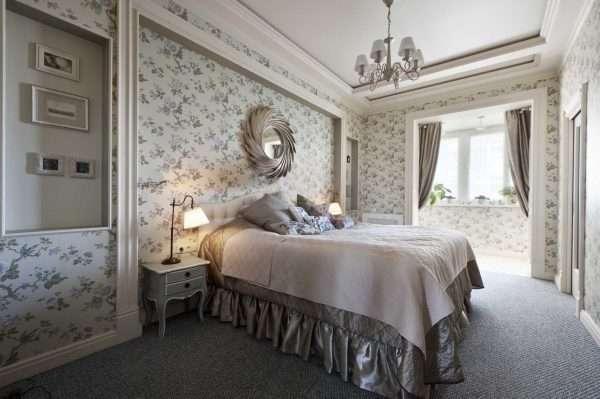 Спальня в стиле прованс. Выделение акцентной стены деревянными балками