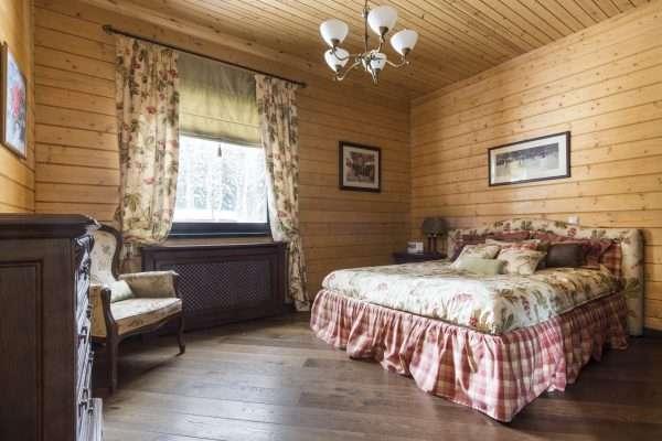 Единый стиль в оформлении спальни на даче